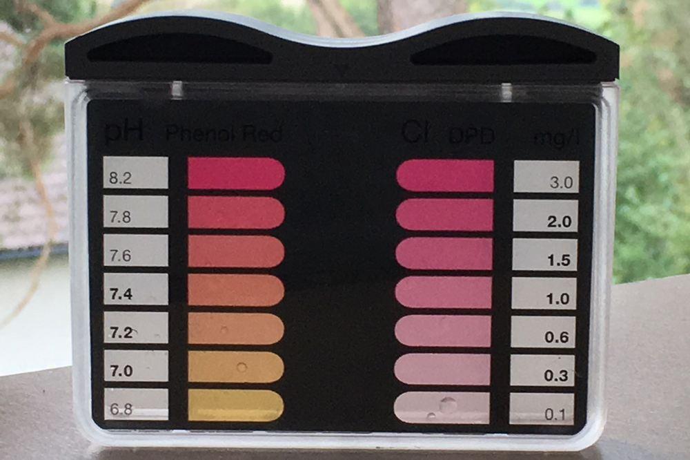 Wöchentliche Kontrolle von pH-Wert und Chlorgehalt